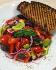 Bunter Sommersalat mit Knoblauchbrot