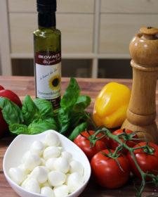 Tomate trifft Mozarella und Basilikumöl